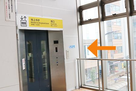 2. 突き当り左手にエレベーターがございます。こちらからお降りください。